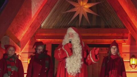 Santa Claus sale de Finlandia para hacer su recorrido por el mundo repar...
