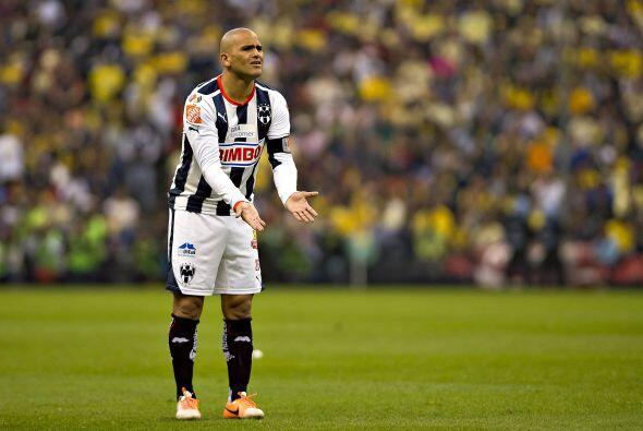 El chileno Humberto Suazo tuvo problemas para recibir balones en la zona...