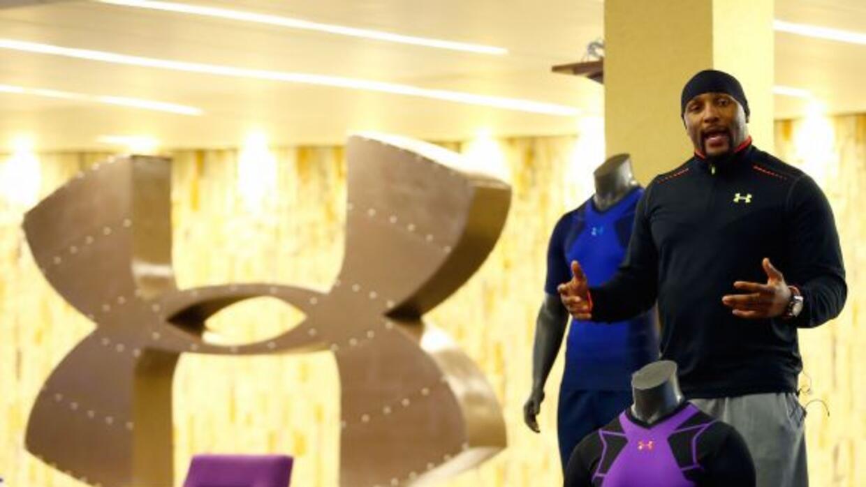 El ex linebacker de los Baltimore Ravens firmó diversos artículosy convi...