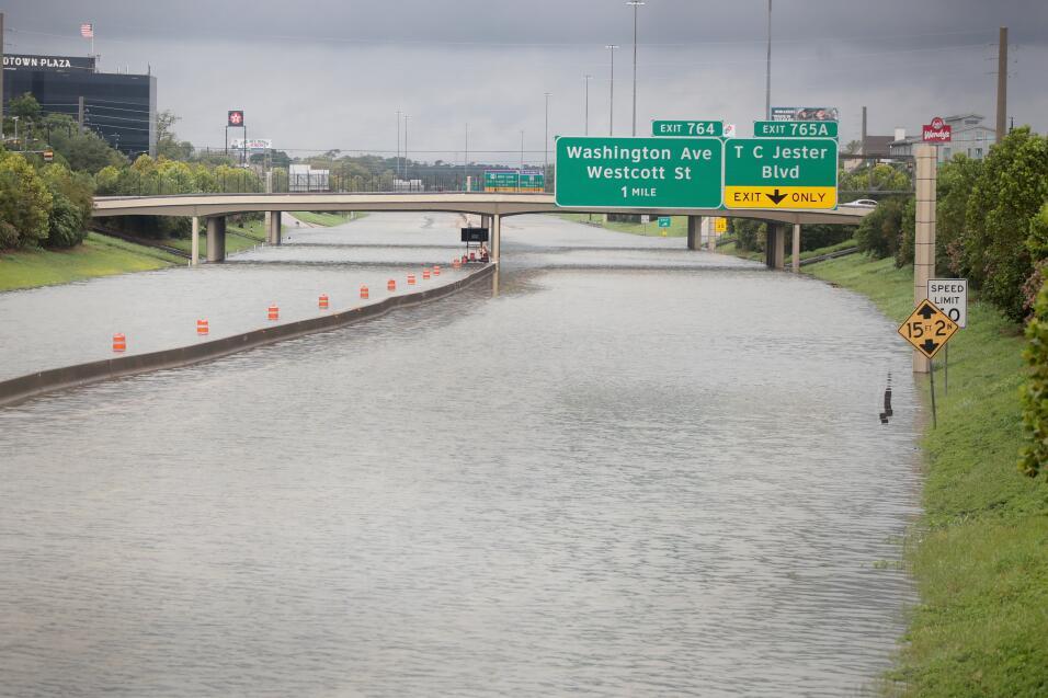 La autopista Interestatal 10 luce como un río, después de dos días de ll...
