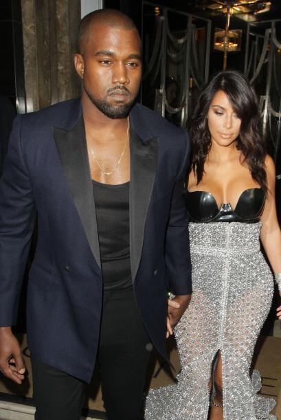 Kanye está tan enamorado que hasta se le vio besando en el hombro a su m...