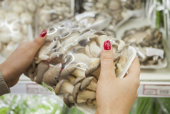 El plástico atrapa la humedad, que provoca moho en los hongos; el papel,...