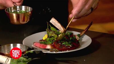 Aprende a preparar esta 'salsa de chimichurri', ideal para condimentar las recetas con carne