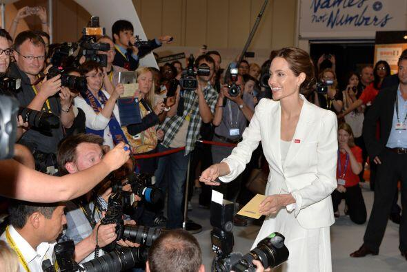 Sonriente ante la gente y prensa mundial.  Aquí los videos más chismosos.