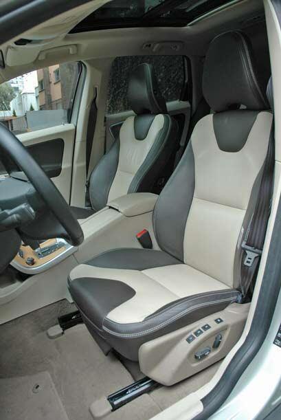 El doble tono de los asientos ayudan mucho a resaltar el diseño del inte...