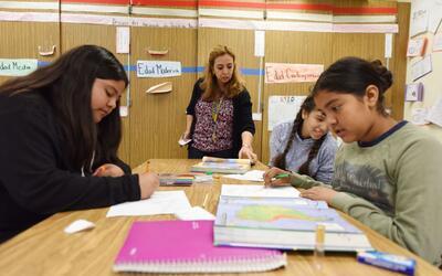 Blanca Claudio, al centro, enseña historia en español en u...