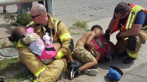 Tras un accidente los bomberos de Amarillo socorrieron a los peque&ntild...
