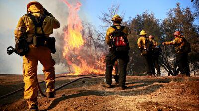 Miles de bomberos continúan batallando con las llamas del incendio Woolsey en California