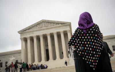 Una mujer con hijab protesta el pasado 11 de octubre 2017 en la Corte Su...