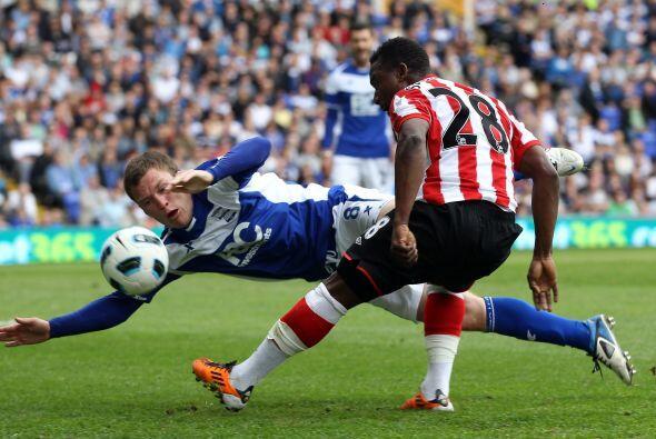 Sebastian Larsson, del Birmingham, se disfrazó de portero en el partido...