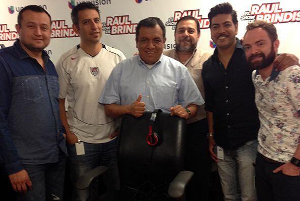 Mientras Raul Brindis se recupera de operación en las cuerdas vocales, e...