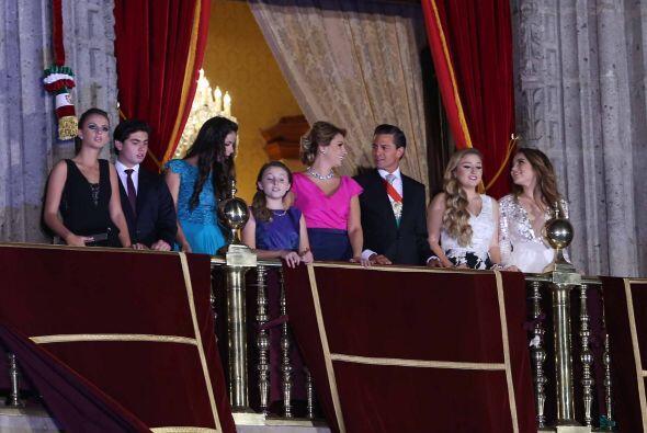 La familia presidencial saludaba a los asistentes al evento.