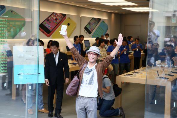 Un entusiasmado hombre, primero en la fila de la tienda Apple en el dist...