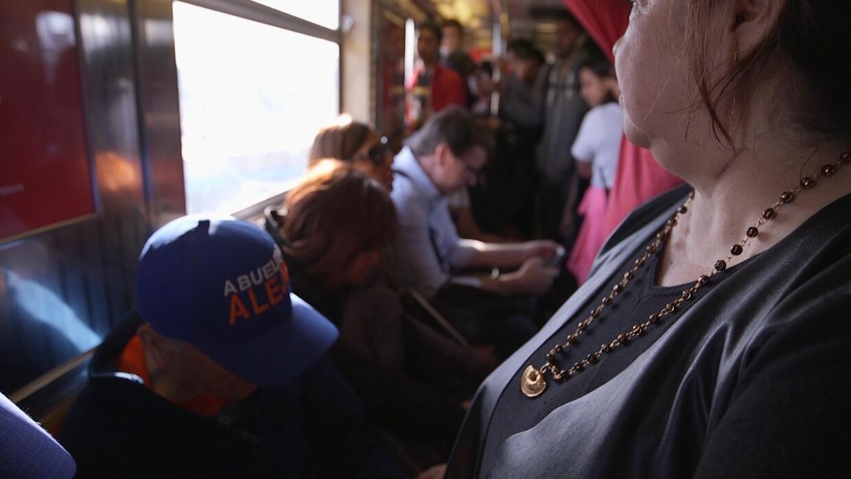 Alejo, de 83 años, en el metro de Nueva York. Nancy lo ayudó a encontrar...