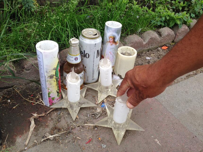 Un altar que sigue dentro de una vecindad en la ciudad de Compton, Calif...