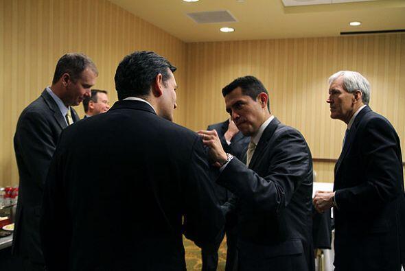 Pedro Rojas saluda al candidatio, el ex fiscal texano Ted Cruz. Detrás e...
