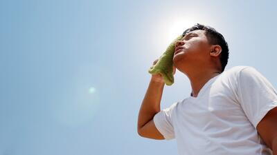 ¿Qué es un golpe de calor? Síntomas y consejos para mantener el cuerpo hidratado en verano