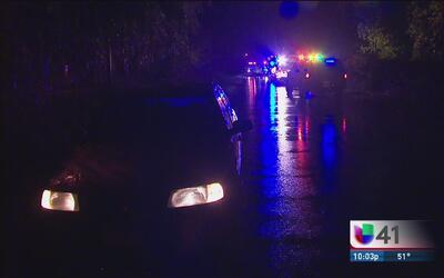 Conductores se quedan varados por inundaciones al suroeste de San Antonio