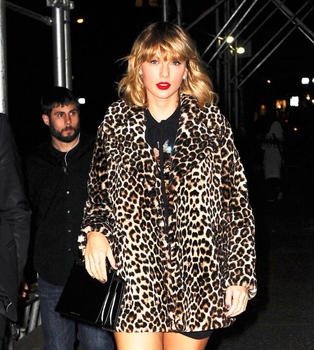 Taylor Swift caminando en Nueva York en noviembre de 2016 usando un abri...