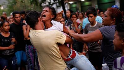 Dramáticas imágenes de los familiares de decenas de muertos en una cárcel en Venezuela (fotos)