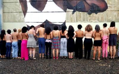 Mujeres se desnudan en protesta por mural vandalizado