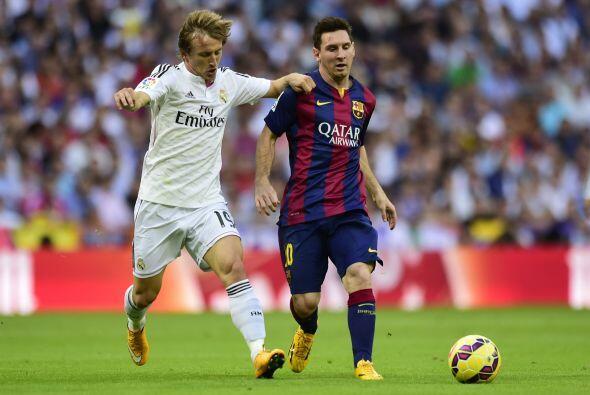El Barcelona defendía bien y busca salir al contragolpe.
