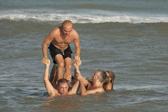En el mar, el cantante se puso a jugar con sus amigos. Aquí los v...