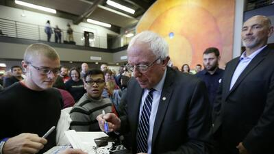 Sanders firma autógrafos en William Penn University, en Oskaloosa, Iowa.