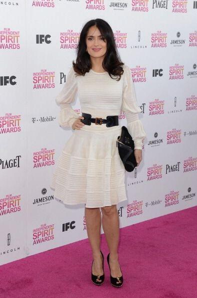 A veces la actriz mexicana opta por vestidos menos ceñidos y con algún c...