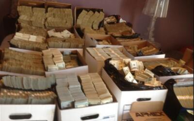 Cajas llenas de dinero en efectivo que fueron decomisadas a presuntos as...