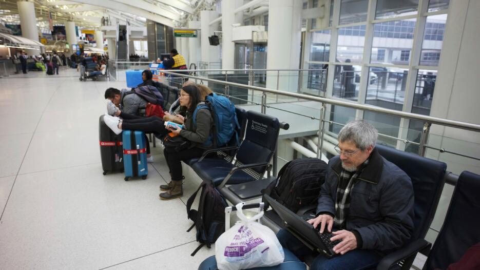 La gerencia de los aeropuertos pidió a los pasajeros contactar a sus aer...