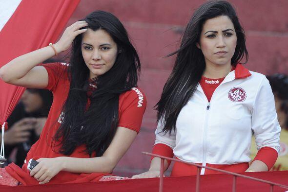 Y las dos ´garotas´ fanas del Inter de Brasil  estaban ah&ia...
