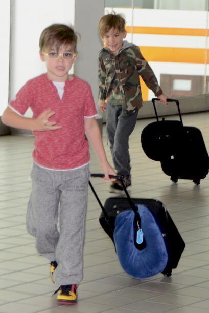 Los chicos felices en el aeropuerto.