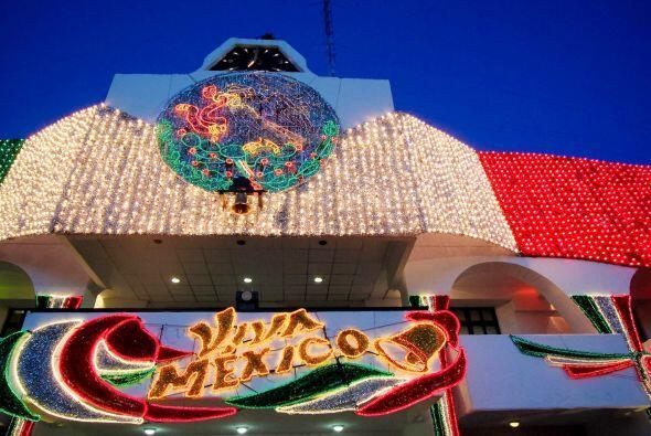 Con adornos luminosos México celebra el Grito de Independencia, día en e...