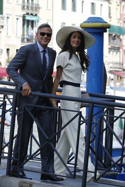 Este traje de palazzo y blusa color natural, además de una impactante ca...