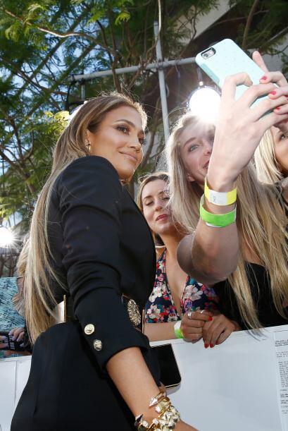 Aunque fue la diva de la noche se detuvo a tomarse fotos con sus fans.