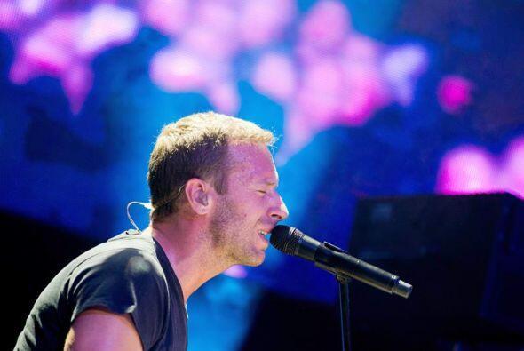 Chris Martin , cantante de la banda británica Coldplay, canta en...
