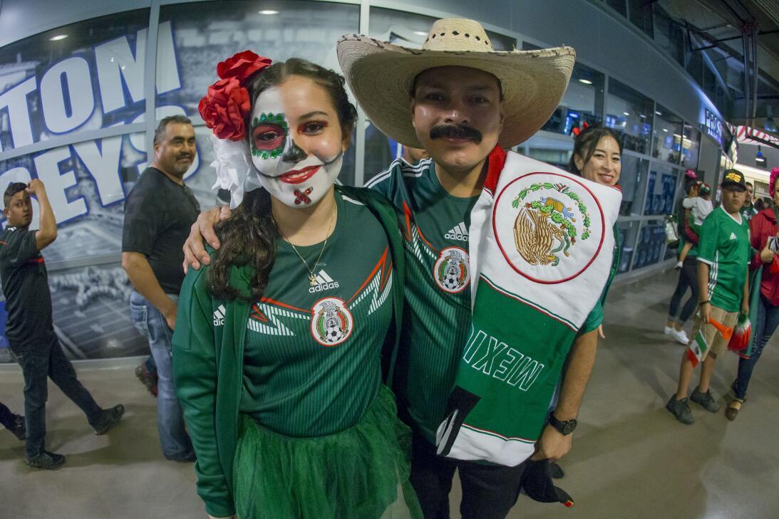 La afición mexicana, a pesar del mal clima en Dallas, se acercó al AT&am...