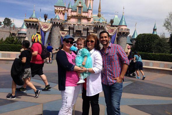 Luis Sandoval las acompañó en un recorrido por el parque de Disney en Lo...