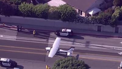 Una avioneta aterriza de emergencia en una calle de Huntington Beach, California