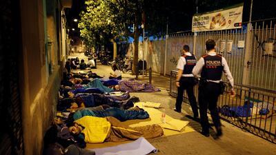 En Fotos: Acampan en los centros de votación en Cataluña para votar en el referéndum para separarse de España