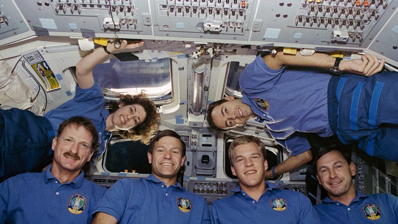 Ellen Ochoa y el resto de la tripulación del Atlantis, que estuvo en el...