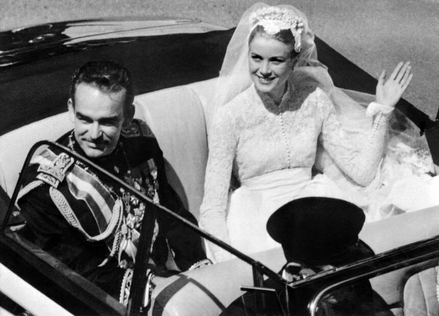 El príncipe Rainiero III de Mónaco y Grace Kelly saludan a la multitud q...