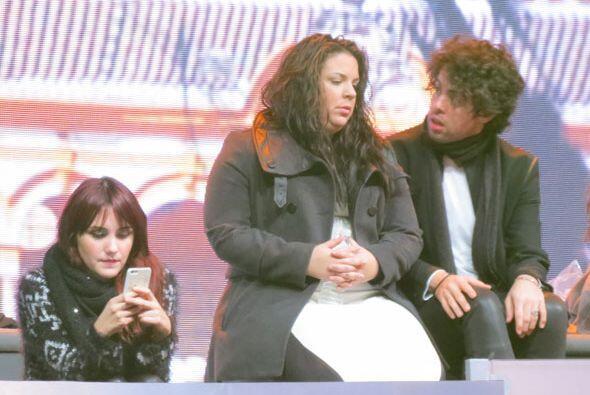 Yaza y Raúl platican mientras Dulce revisa sus mensajes.