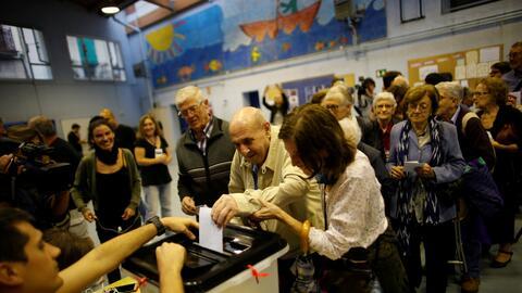 Catalanes votan en la escuela Reina Violant de Barcelona.