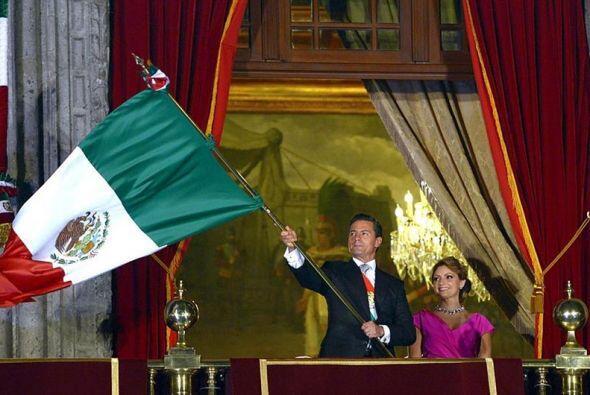 Luego, el presidente, acompañado de su esposa, Angélica Rivera, ondeó la...