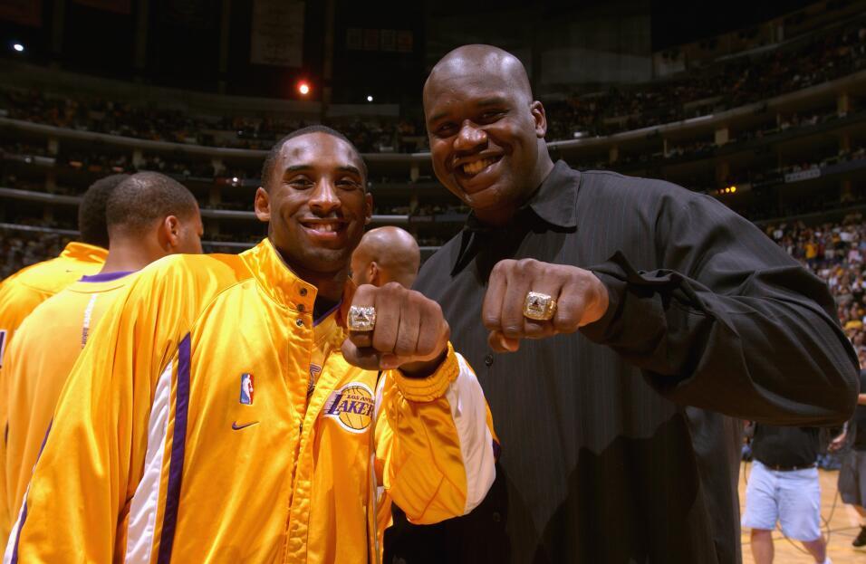 Kobe Bryant y Shaquille O'Neal muestran sus anillos de campeón de la NBA...