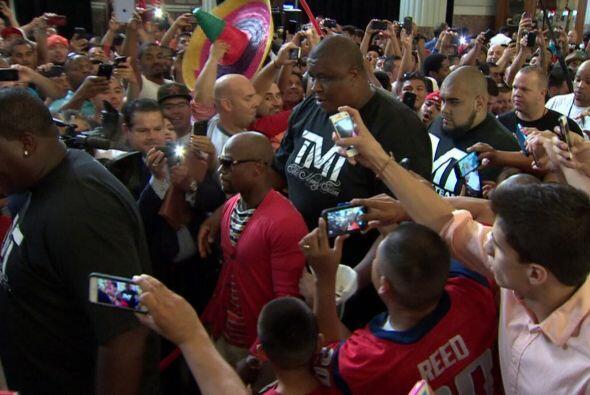 Los pugilistas se vieron cara a cara en Houston en la gira de antesala a...