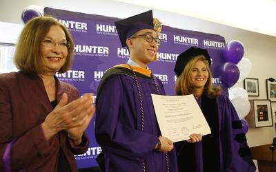 Con su diploma en mano, Jerich Alcantara posa junto a la decena de la es...