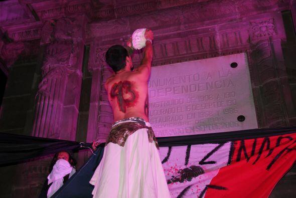 Aquí vemos a una persona con el número 43 pintado en su espalda, haciend...